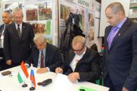 G.N. Grushko az Agrotek vezérigazgatója és Marosi Gábor a Woodstock ügyvezetője aláírja az egymillli